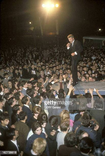 The Night Of The Nation With Johnny Hallyday Johnny HALLYDAY sur scène face à une foule de fans