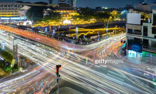 a cena de noite, no cruzamento das movimentadas - bulevar - fotografias e filmes do acervo