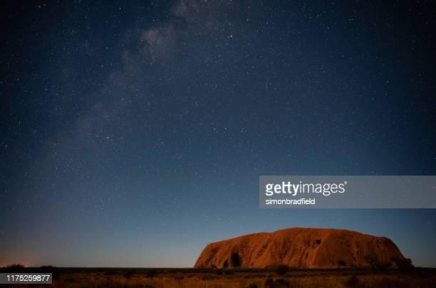 ウルルの夜空 - エアーズロック ストックフォトと画像
