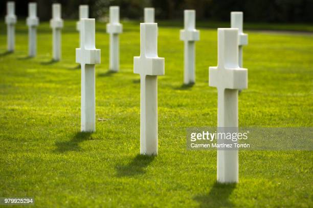 the normandy american cemetery in colleville-sur-mer - grab stock-fotos und bilder