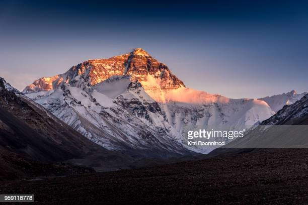 the north face of mt.everest from tibet side during sunset in china - mont everest photos et images de collection