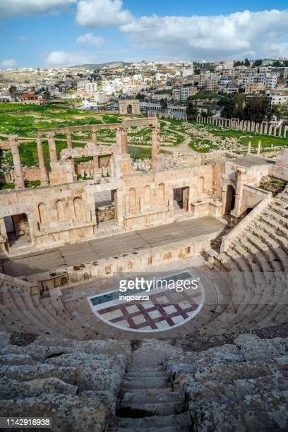 the north theatre, jerash, jordan - temple grec photos et images de collection