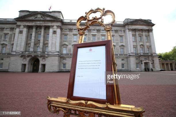 The official notice of the birth of a baby boy to the Duke and Duchess of Sussex on display outside Buckingham Palace on May 6 2019 in London United...