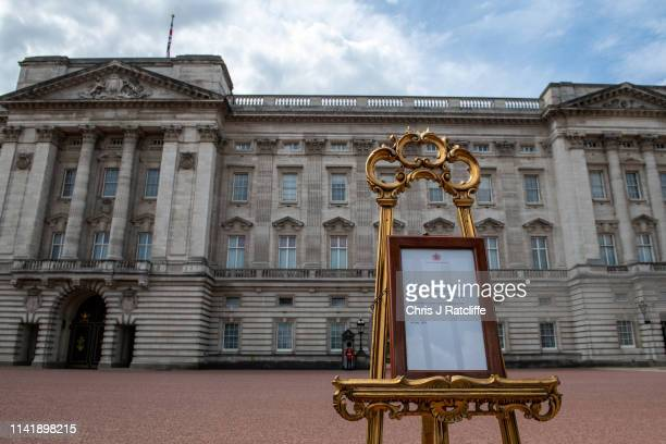 The official notice of the birth of a baby boy to the Duke and Duchess of Sussex outside Buckingham Palace on May 7 2019 in London England Meghan...