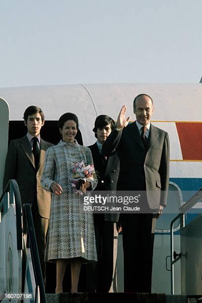 The Official Visit Of President Valery Giscard D'estaing In Egypt Aéroport du Caire sur la plateforme haute de la passerelle de l'avion présidentiel...