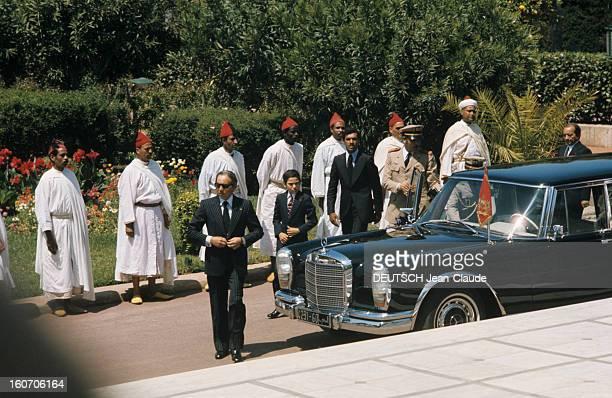 The Official Visit Of Valery Giscard D'estaing In Morocco. La Mercedes noire officielle du roi du Maroc, HASSAN II, décorée d'un fanion aux emblèmes...