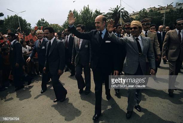 The Official Visit Of Valery Giscard D'estaing In Morocco Le président Valéry GISCARD D'ESTAING en costume noir chemise blanche et cravate aux côtés...