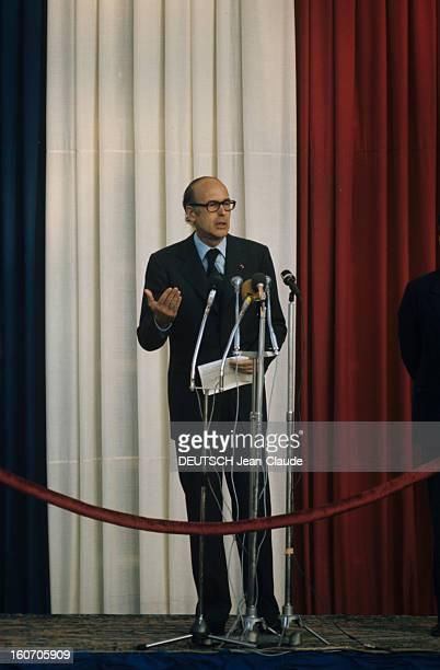 The Official Visit Of Valery Giscard D'estaing In Morocco Sur une estrade parée d'un voilage aux couleurs du drapeau français le président Valéry...