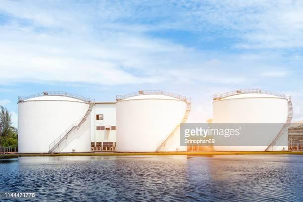 the oil tank - tanque de armazenamento imagens e fotografias de stock
