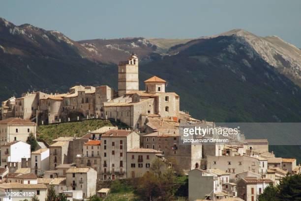 the old, medieval village of castel del monte, italy (abruzzo) - castel del monte foto e immagini stock