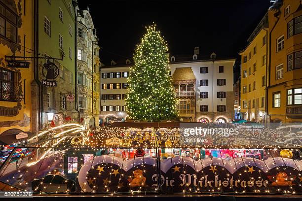 the old town christmas market, innsbruck, austria. - インスブルック ストックフォトと画像