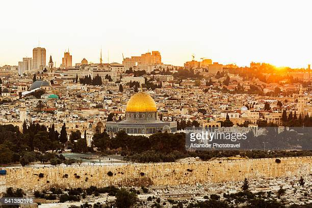 the old town with the dome of the rock at the sunset from mount of olives - gerusalemme foto e immagini stock
