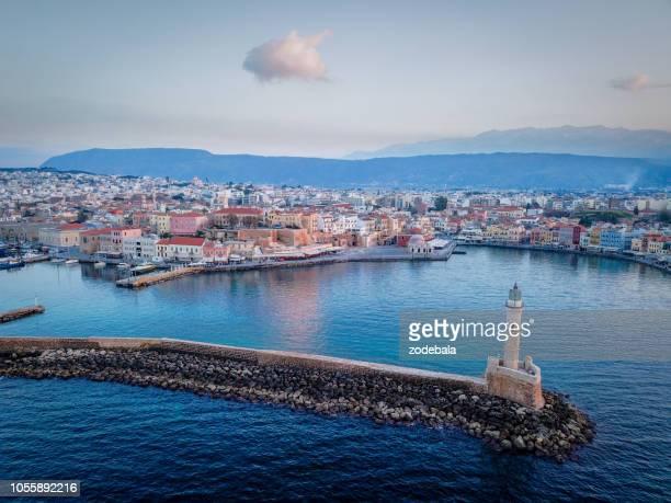 el viejo puerto veneciano de chania, creta, vista aérea - creta fotografías e imágenes de stock