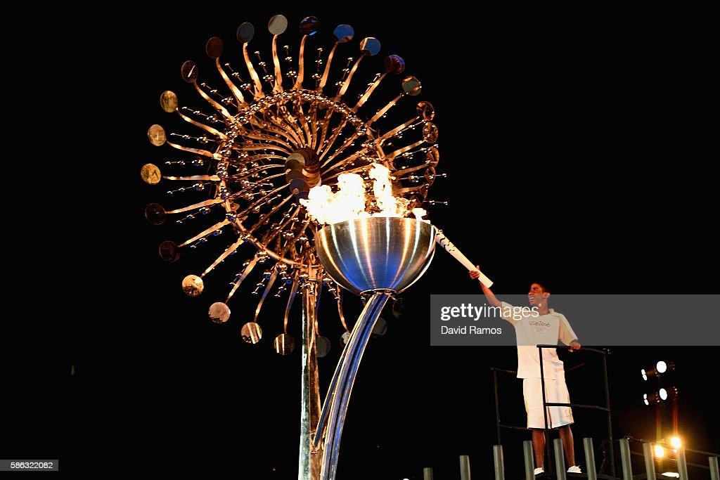 The Lighting of the Olympic Cauldron : ニュース写真