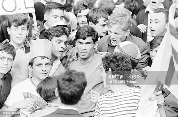 The Olympique Lyonnais Winner Of The French Soccer Cup 1964 Le 14 mai 1964 en France le joueur international Nestor COMBIN au centre serré dans la...