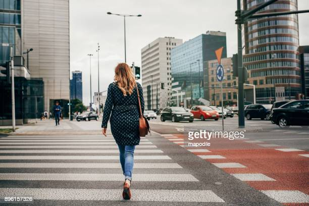a única maneira de viver é para seguir em frente - travessia de pedestres marca de rua - fotografias e filmes do acervo