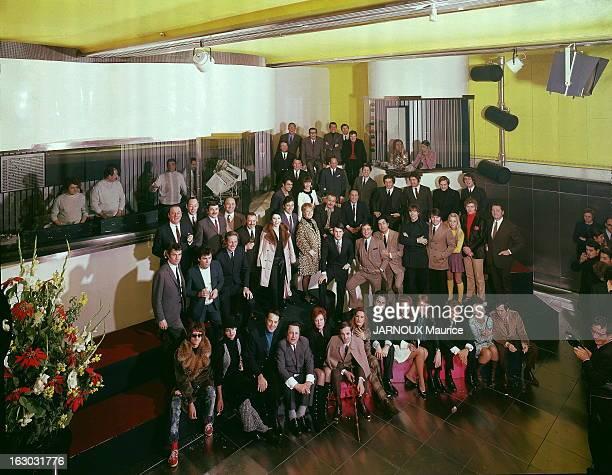 The Opening Of Rtl New Studio Photo de groupe de la chanson française réunie pour l'inauguration du nouveau studio ultramoderne d'enregistrement de...