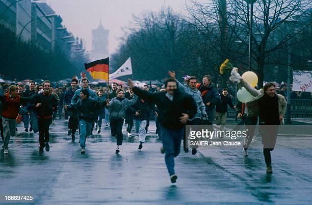 The Opening Of The Berlin Wall Samedi 23 décembre 1989 15 heures par milliers les Allemands de l'Ouest se ruent vers leurs frères retrouvés lors de...