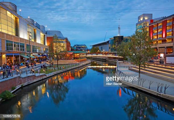 the oracle shopping centre in reading illuminated at dusk - イギリス バークシャー ストックフォトと画像