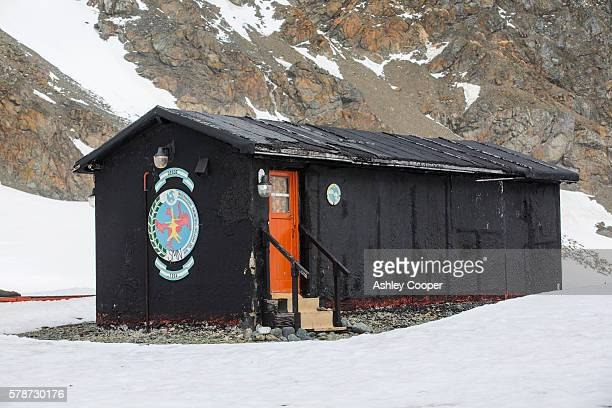 the original shed where instrumentation measures the earths magnetic field at base orcadas which is an argentine scientific station in antarctica, and the oldest of the stations in antarctica still in operation. it is located on laurie island, one of the - south orkney island stock pictures, royalty-free photos & images