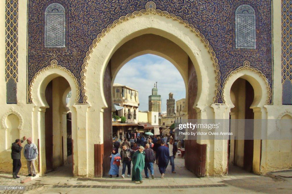 The ornate city gate of Bab Abi al-Jounoud (Bab Bou Jeloud) Main western entrance to Fes el Bali, the old city of Fez, Morocco. : Foto de stock