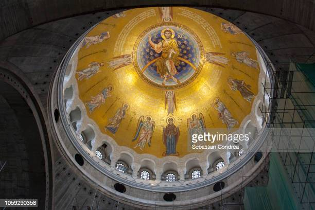 the ornately painted ceiling of the chapel at the church of saint sava, belgrade, serbia - cupola stockfoto's en -beelden