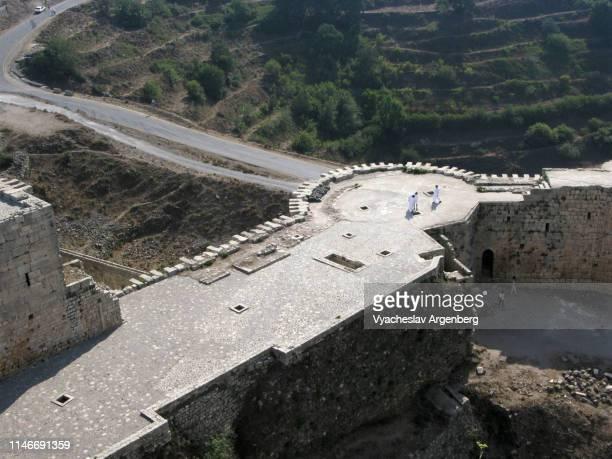 the outer wall of krak des chevaliers castle, syria - argenberg stock-fotos und bilder
