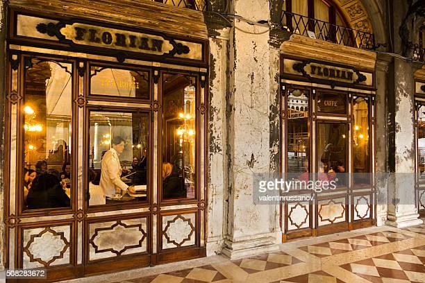 Fora do café Florian em Veneza à noite
