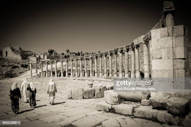 the oval forum, jerash, jordan. - roman decapolis city stock pictures, royalty-free photos & images