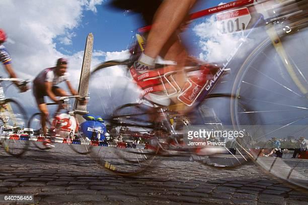 The pack at Place de la Concorde during the last stage of the 1993 Tour de France