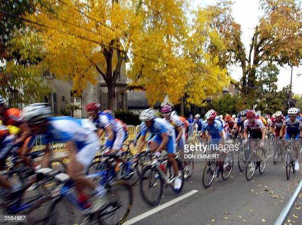 The pack makes its way down the course during the men''s individual road race 12 October 2003 during the World Cycling Championships in Hamilton...