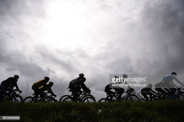 TOPSHOT The pack rides during the 109th Milan San Remo cycling race on March 17 2018 near Pavia / AFP PHOTO / Marco BERTORELLO