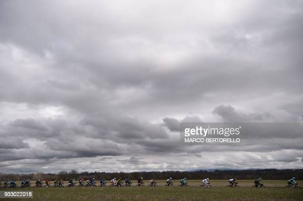 TOPSHOT The pack rides during the 109th Milan San Remo cycling race on March 17 2018 / AFP PHOTO / Marco BERTORELLO