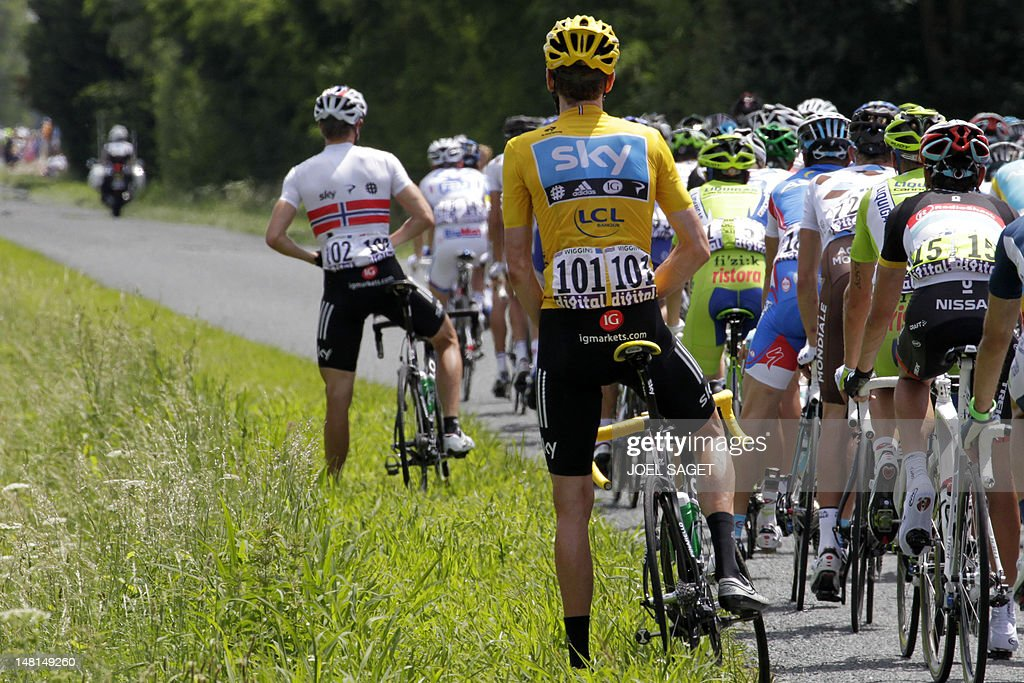 The pack rides past overall leader's yel : News Photo