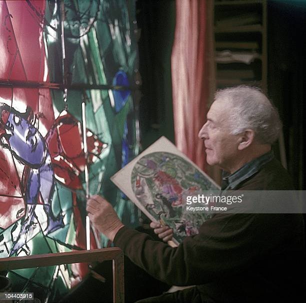 The painter Marc CHAGALL working on the stained-glass windows for the new synagogue of Jerusalem in the Jacques SIMON studio in Reims.