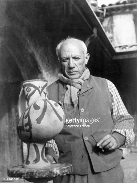 The painter Pablo PICASSO is painting a piece of his potteries in his studio in Vallauris