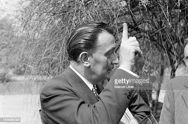 The painter Salvador Dali gave to the press convened at Vincennes Zoo, an additional proof of his extravagance. Addressing here is a journalist, in...