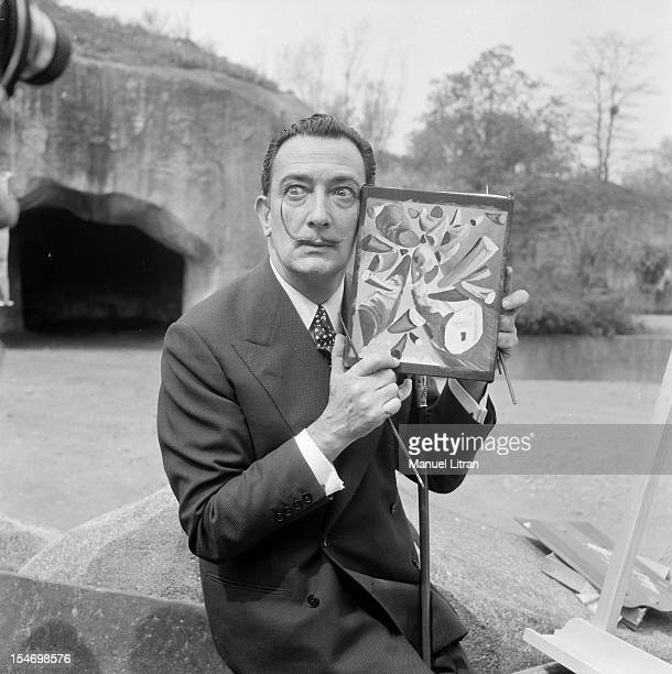 The painter Salvador Dali gave to the press convened at Vincennes Zoo an additional proof of his extravagance He presents here the picture he took of...