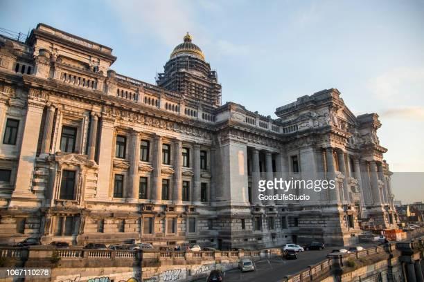 het paleis van justitie in brussel - gerechtsgebouw stockfoto's en -beelden