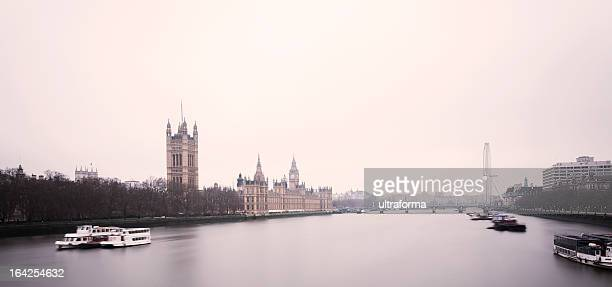 the palace of westminster and london eye - theems stockfoto's en -beelden