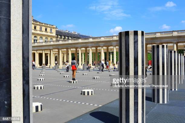 the palais royal, cour (courtyard) d'honneur, les deux plateaux (also known as the colonnes de buren) art installation by daniel buren - daniel buren stock pictures, royalty-free photos & images