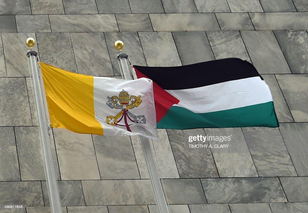 UN-GENERAL ASSEMBLY-PALESTINIANS-FLAG : News Photo