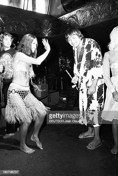 The Papagayo In Saint-tropez, Where People Are Dancing Bare Breasts. Au Club du Papagayo, une jeune femme, danse dans une tenue ajourée montrant ses...