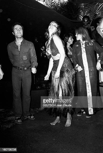 The Papagayo In Saint-tropez, Where People Are Dancing Bare Breasts. Au Club du Papagayo, une jeune femme, dansant les seins nus sous un petit gilet,...
