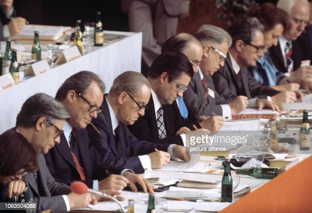 The party presidium Helmut Schmidt Willy Brandt Herbert Wehner Hans Koschnick Wilhelm Dröscher Alfred Nau HansJochen Vogel Elfriede Eilers and Walter...