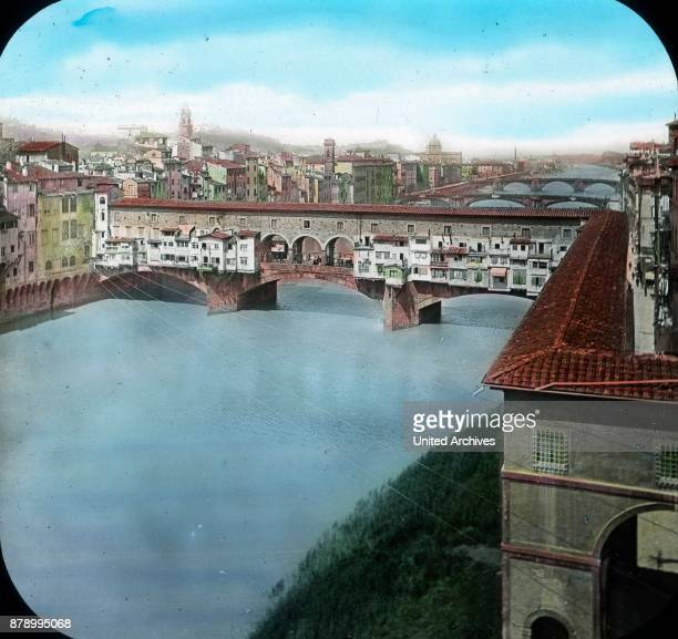 The passage of the transverse arm of the Uffizi by border to get to the Arno From here is a wonderful look at the various bridges that span the river...