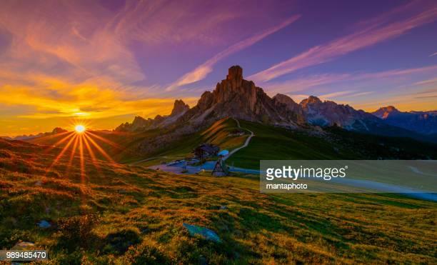 the passo di giau, dolomites mountains - dolomiti foto e immagini stock