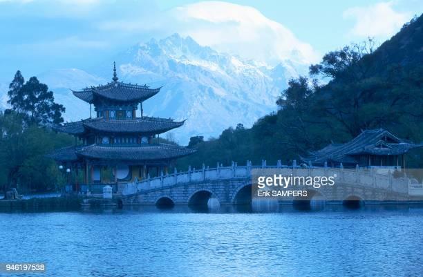 The 'Pavilion to Kiss the Moon' and the Jade Dragon Mountain Le 'Pavillon pour Embrasser la Lune' et le Mont du Dragon de Jade