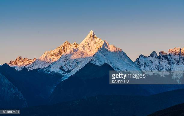 the peak of the meili mountains at sunrise - yunnan province stock pictures, royalty-free photos & images