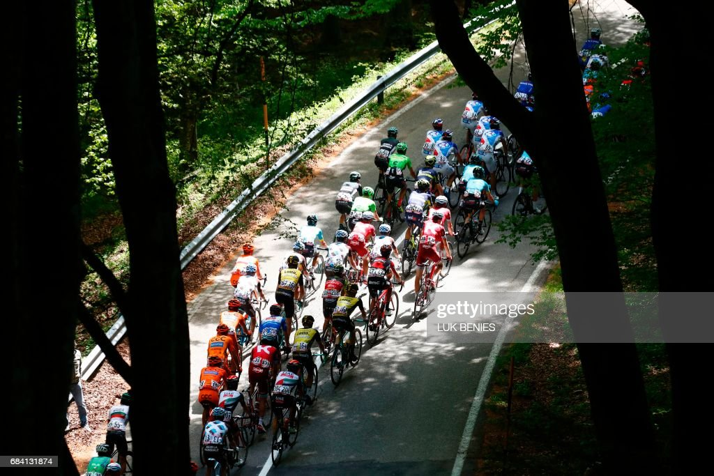 The peloton rides during the 11th stage of the 100th Giro d'Italia, Tour of Italy, cycling race from Florence to Bagno di Romagna on May 17, 2017. / AFP PHOTO / Luk BENIES